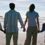 famiglia che gurda il mare