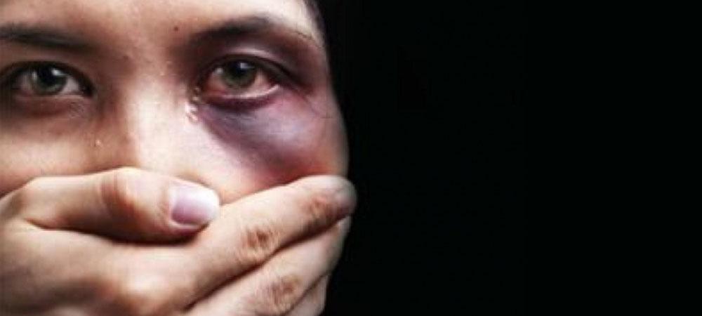 donna vittima di violenza con occhio nero , che accetta in silenzio la violenza, con una mano sulla bocca che non gli permette di parlare