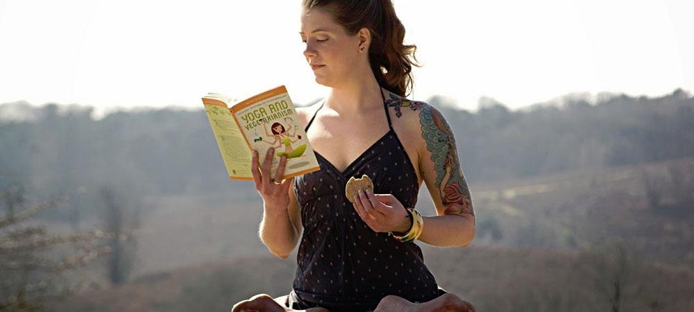 donna che fa yoga e mangia con co nsapevolezza e rilasssata